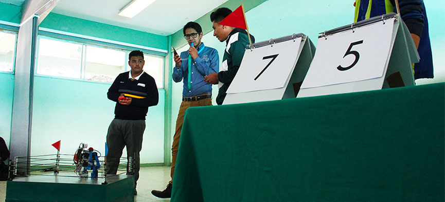 Participan estudiantes del Cobaez en combate de robótica